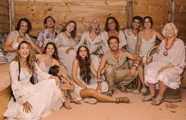 Seis hijos y casi tres nietos después Merel y Alok se dieron el sí quiero
