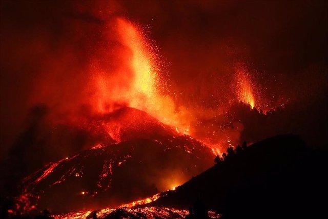Una boca eruptiva expulsa lava y piroclastos en la zona de Cabeza de Vaca, en El Paso, La Palma