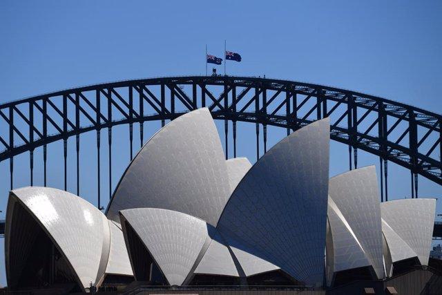 Archivo - The Australian flag is seen half mast on the Sydney Harbour Bridge, following the death of Prince Philip, Duke of Edinburgh, in Sydney, Saturday, April 10, 2021. (AAP Image/Mick Tsikas) NO ARCHIVING