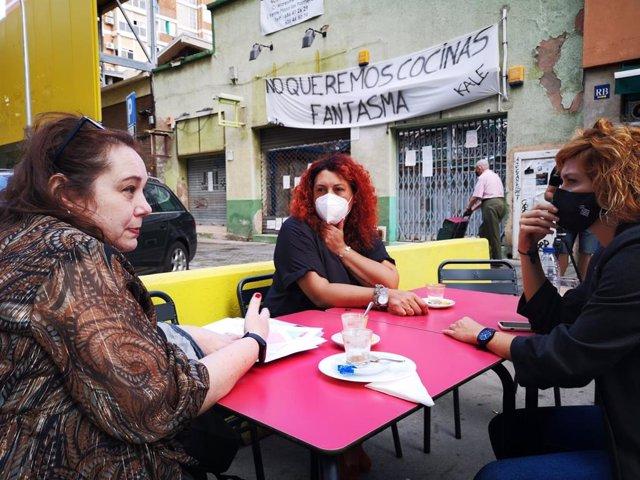 La regidora d'ERC Elisenda Alamany juntament amb representants veïnals de les plataformes contra les 'dark kitchen'