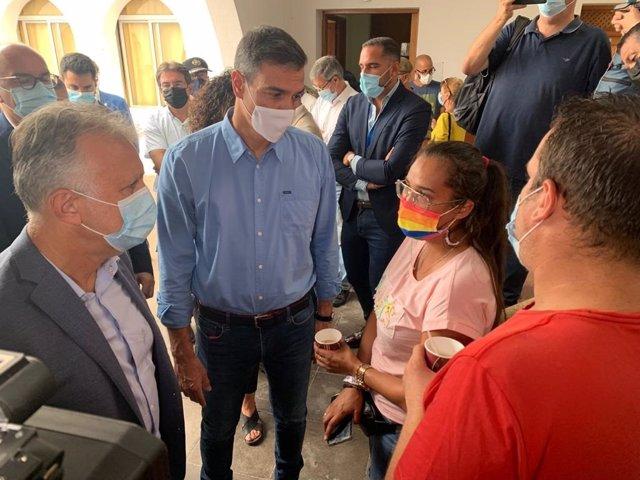 El presidente de Canarias, Ángel Víctor Torres y el presidente del Gobierno, Pedro Sánchez, visitan a las personas evacuadas en el centro temporal de acogida de Breña Baja
