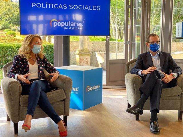 El portavoz del PP en el Senado, Javier Maroto, acompaña a la presidenta del PP de Asturias, Teresa Mallada.