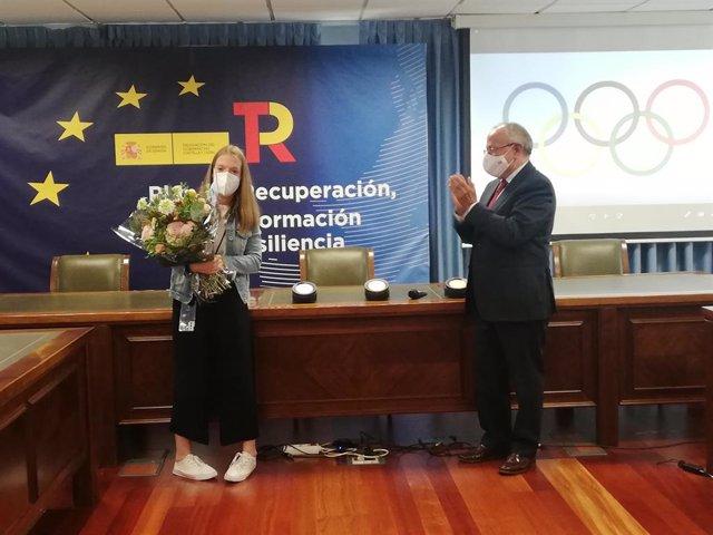 El subdelegado del Gobierno en Valladolid da la bienvenida a la triple medallista Marta Fernández