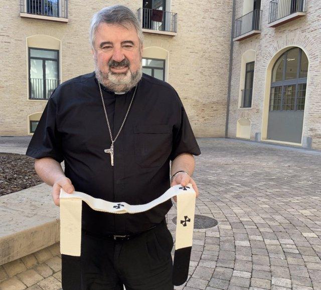 El arzobispo de Zaragoza, monseñor Carlos Escribano, con el palio arzobispal.