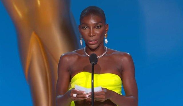 """El poderoso discurso de Michaela Coel en los Emmy 2021: """"Dedico esta historia a las supervivientes de agresión sexual"""""""