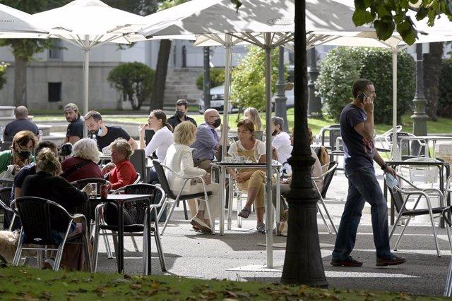 Varias personas en la terraza de un bar, a 18 de septiembre de 2021, en A Coruña, Galicia (España). Desde este sábado, en Galicia la ocupación máxima en los servicios de hostelería y restauración en bares, cafeterías y restaurantes será de ocho personas e