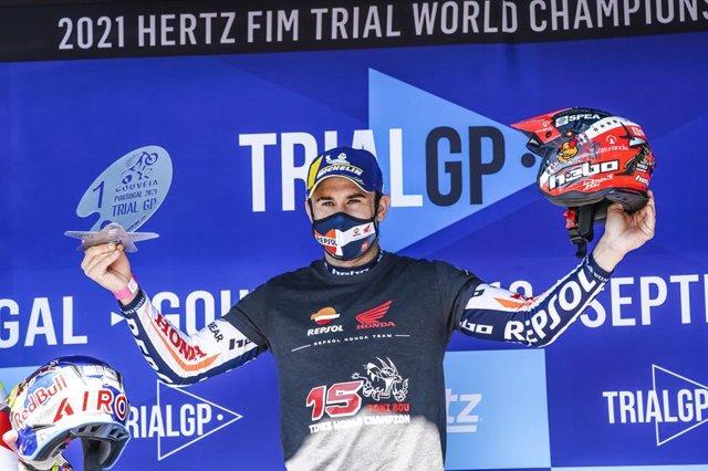 El piloto español de trial Toni Bou celebra su victoria en el Mundial de TrialGP 2021, su 15º título mundial en trial al aire libre