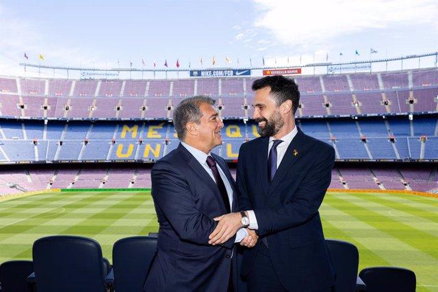 El presidente del FC Barcelona, Joan Laporta, y el conseller de Empresa y Trabajo de la Generalitat, Roger Torrent, tras firmar el acuerdo para promover Catalunya como destino turístico