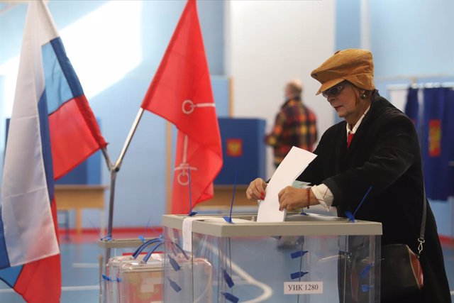 19 September 2021, Russia, Saint Petersburg: A woman casts her vote into the ballot box during the parliamentary and local elections in Russia. Photo: Sergei Mikhailichenko/SOPA Images via ZUMA Press Wire/dpa