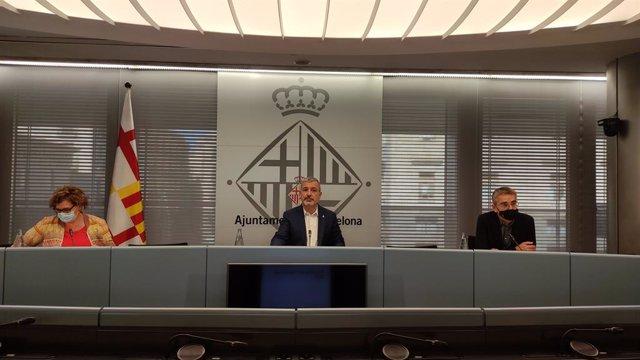 La regidora de Comerç, Mercats, Consum i Règim Interior i Hisenda de Barcelona, Montserrat Ballarín; el primer tinent d'alcalde, Jaume Collboni, i el regidor de Presidència i Pressupostos, Jordi Martí, en la roda de premsa