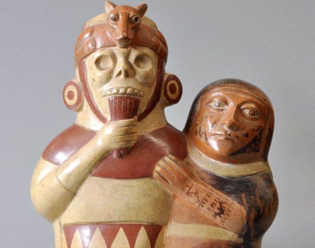 Figura de cerámica de la cultura Moche de la costa norte del Perú, que representa una figura humana tocando la flauta de pan.