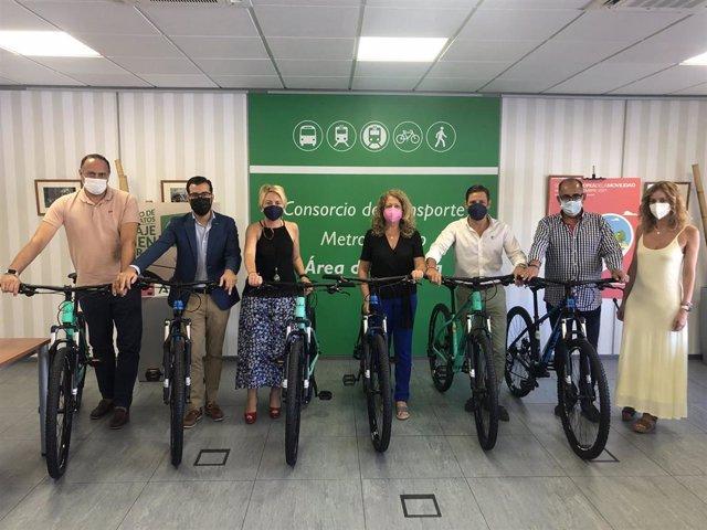 La delegada territorial de Fomento en Almería, Eloísa Cabrera, entrega bicicletas en Enix, Felix y Santa Fe de Mondújar.