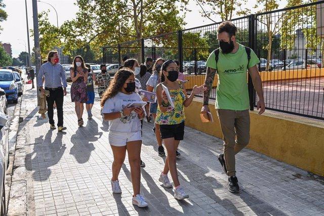 """El regidor de Mobilitat Sostenible de l'Ajuntament de València, Giuseppe Grezzi, acompanya a escolars que participen en el projecte """"La ciudad de los niños"""""""