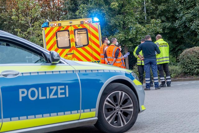 Archivo - 08 August 2021, Baden-Wuerttemberg, Karlsruhe: Emergency personnel stand by an ambulance at the parking lot of an office building at the Durlach district in Karslruhe. More than 20 people were injured in an alleged pepper spray attack at a build