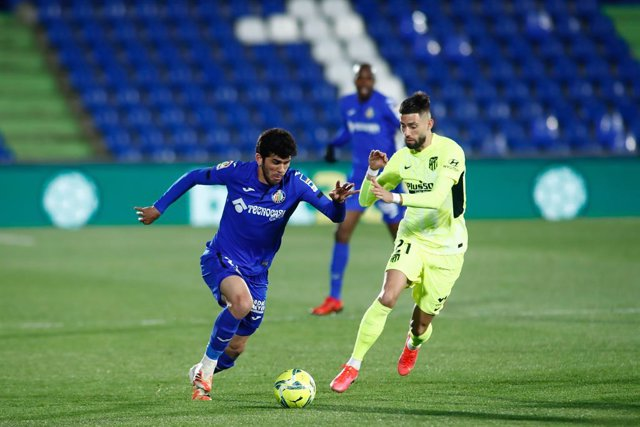 Archivo - Carles Alena of Getafe and Yannick Carrasco of Atletico de Madrid in action during the spanish league, La Liga Santander, football match played between Getafe and Atletico de Madrid at Coliseum Alfonso Perez stadium on March 13, 2021, in Getafe,
