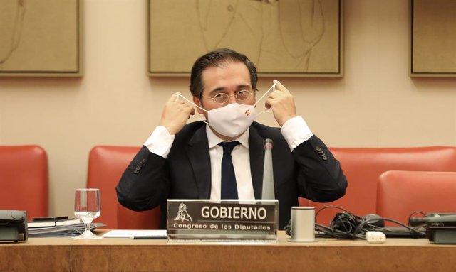 El ministro de Asuntos Exteriores, Unión Europea y Cooperación, José Manuel Albares, se pone la mascarilla durante una comparecencia en una rueda de prensa sobre la crisis de Afganistán, a 30 de agosto de 2021, en Madrid, (España). Durante la comparecenci