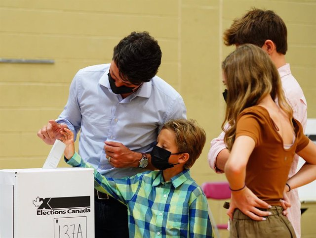 20 September 2021, Canada, Montreal: Canadian Prime Minister and Liberal Party leader Justin Trudeau casts his vote as his family stands next to him during the 44th federal general election. Photo: Sean Kilpatrick/The Canadian Press via ZUMA/dpa
