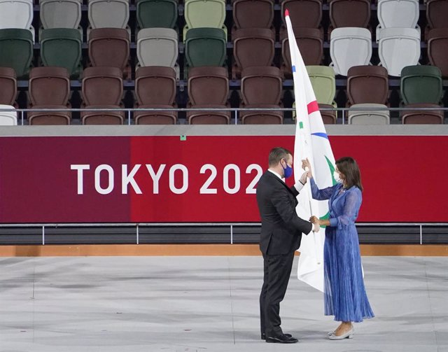 05 September 2021, Japan, Tokyo: Andrew Parsons (L), President of the International Paralympic Committee, presents the Paralympic flag to Anne Hidalgo, Mayor of Paris, during the closing ceremony of the Tokyo 2020 Paralympic Games at the Tokyo Olympic Sta