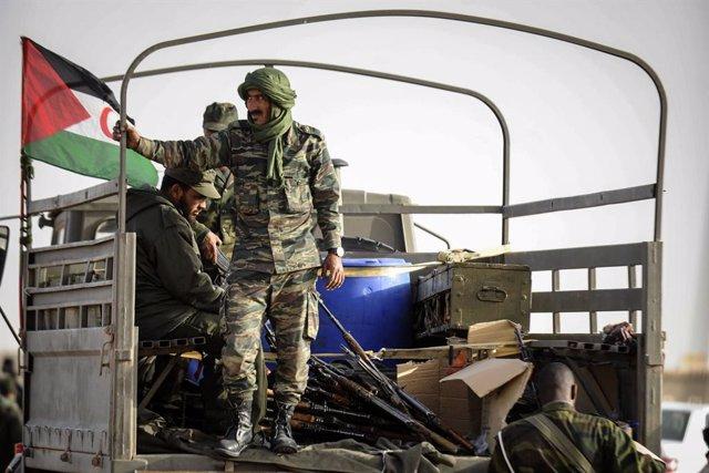 Archivo - Milicianos del Frente Polisario junto a una bandera de la autoproclamada República Árabe Saharaui Democrática (RASD)