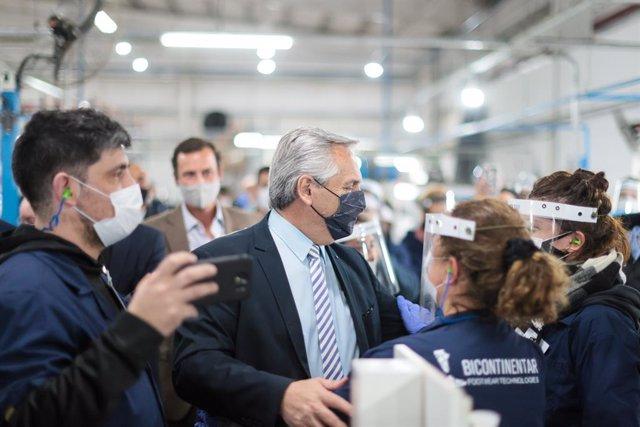 07 September 2021, Argentina, Chivilcoy: Alberto Fernandez (C), President of Argentina, tours the plant of the footwear manufacturer Bicontinentar Footwear Technologies. Photo: Esteban Collazo/telam/dpa