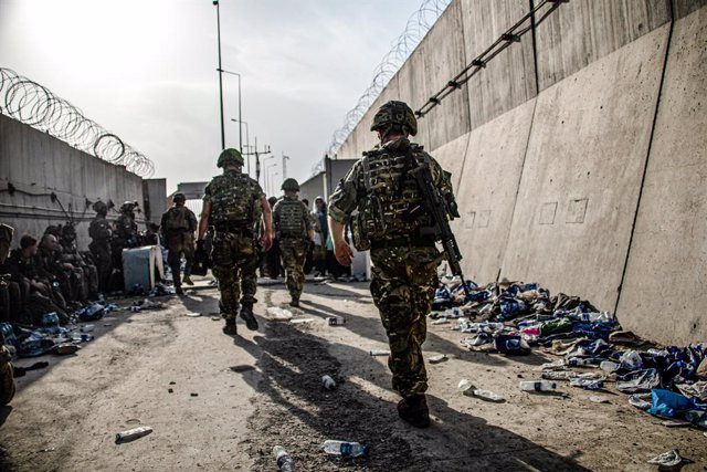 HANDOUT - 23 August 2021, Afghanistan, Kabul: Members of the UK Armed Forces continue to take part in the evacuation of entitled personnel from Kabul airport amid the Taliban takeover. Photo: Lphot Ben Shread/MoD/PA Wire/dpa - ATTENTION: editorial use onl