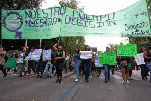 Archivo - 28 September 2019, Mexico, Mexico City: Women hold placards and banners during a protest in favor of the legalization of abortion. Photo: -/El Universal via ZUMA Wire/dpa