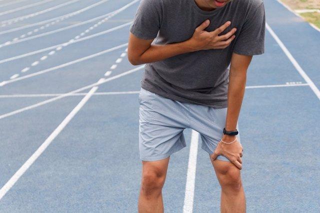 Archivo - Hombre con dolor en el pecho, deporte. Dolor. Ataque al corazón.