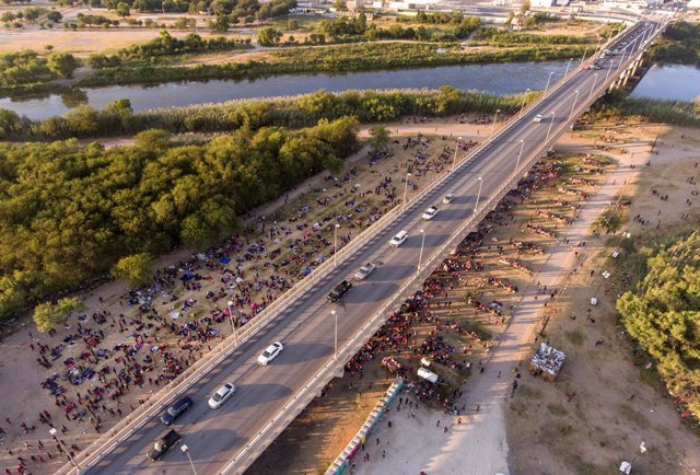 16 September 2021, US, Del Rio: Migrants gather under and around the international bridge connecting Del Rio, Texas and Ciudad Acuna, Mexico as they wait to be processed by immigration officials. Photo: -/SanAntonio Express-News via ZUMA/dpa