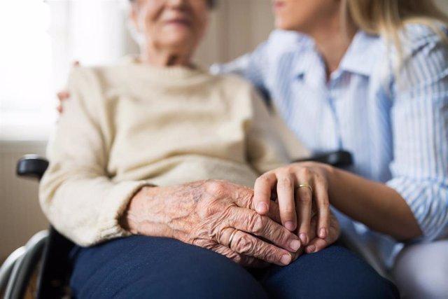Archivo - Acompañamiento de una persona mayor, anciana.