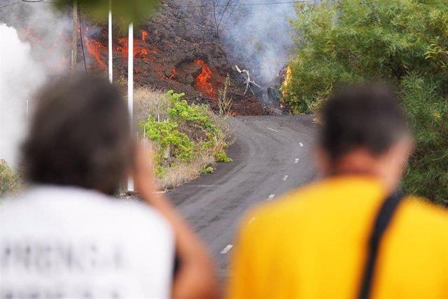 Dos personas observan la lava avanzando por la zona de Cabeza de Vaca, a 20 de septiembre de 2021, en El Paso, La Palma, Santa Cruz de Tenerife, Islas Canarias, (España).