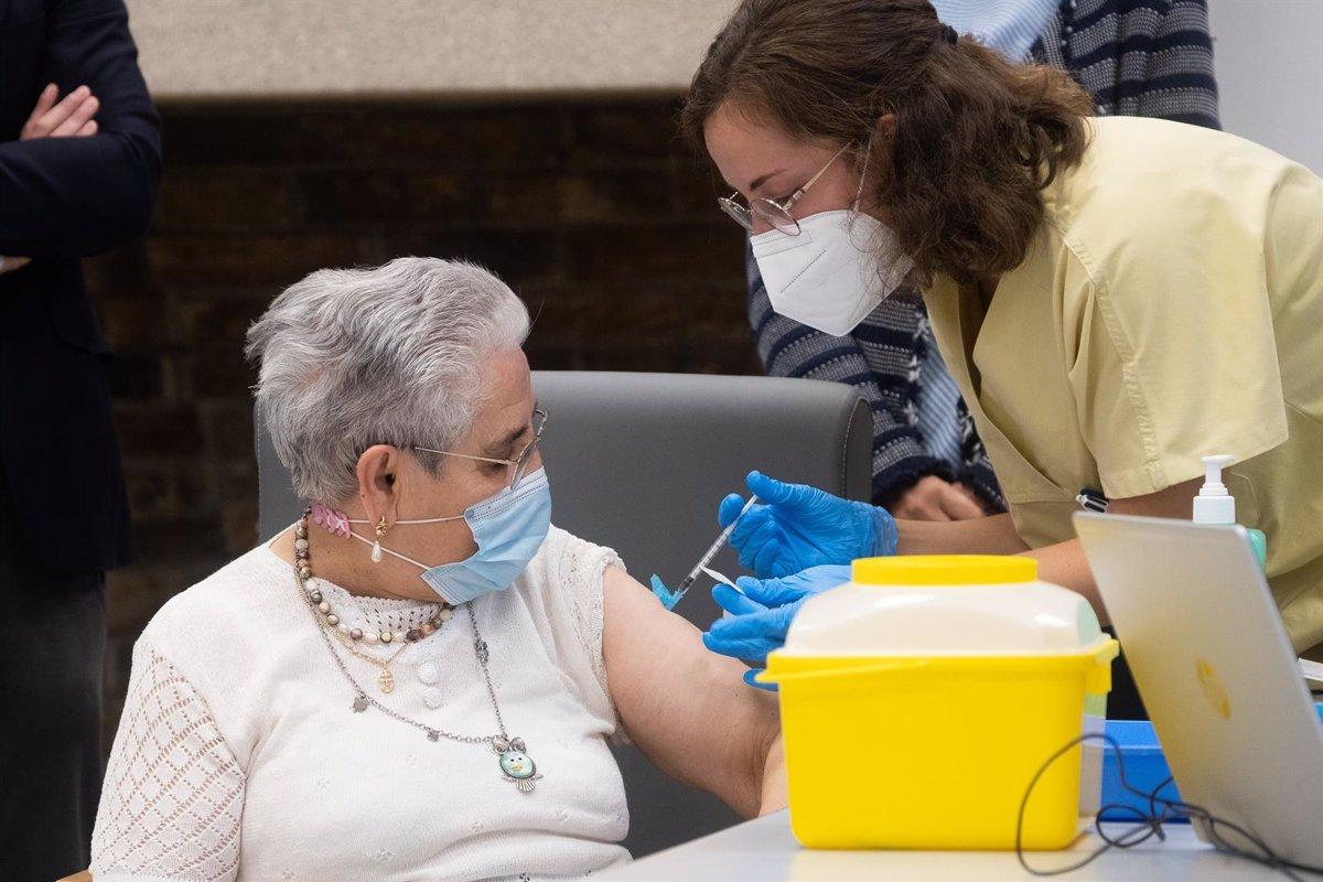 Nieves Cabo,  contenta  tras recibir la tercera dosis contra la covid:  Vacunarse es la mejor cosa que hay