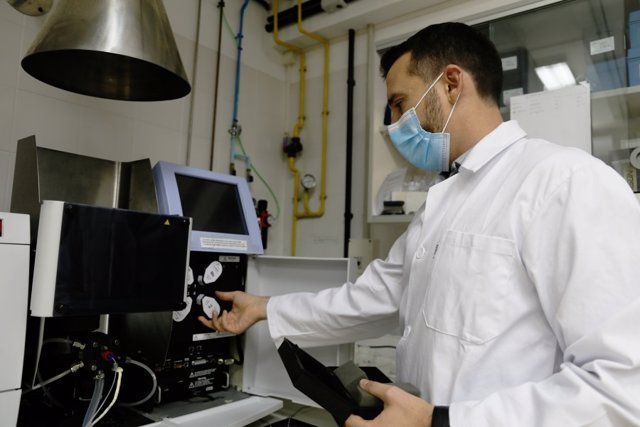 El investigador del Departamento de Agronomía de la UCO Antonio Sánchez en el laboratorio.