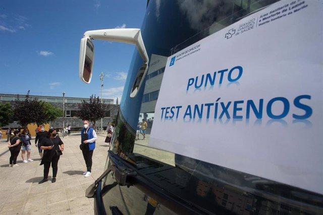 Archivo - Un autobús donde realizan test de antígenos en A Mariña.