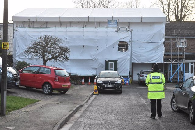 Archivo - 04 March 2019, England, Salisbury: A police officer stands outside the home of Russian spy sergei skripal on the first anniversary of his poisoning. Skirpal and his daughter, Yulia, were found collapsed on a park bench in Salisbury city centre a