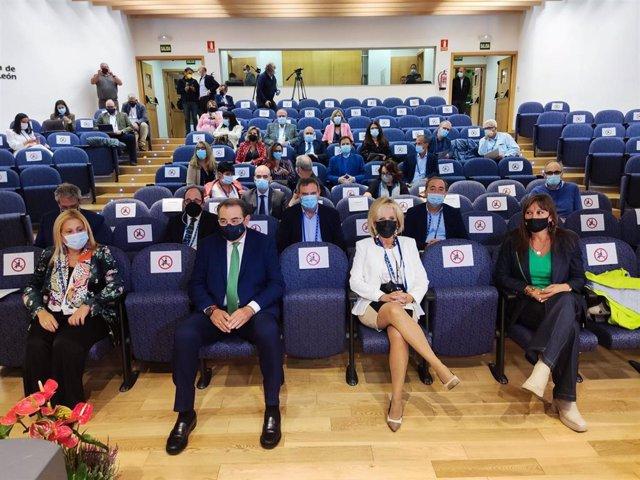 La delegada de la Junta en Soria, Yolanda de Gregorio (I), Fernández, Casado y Repollés (D) en una jornada sobre la Sanidad en el medio rural.