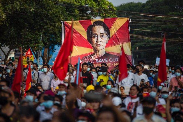 Archivo - Imagen de archivo de una protesta a favor de Suu Kyi y la NLD birmana.