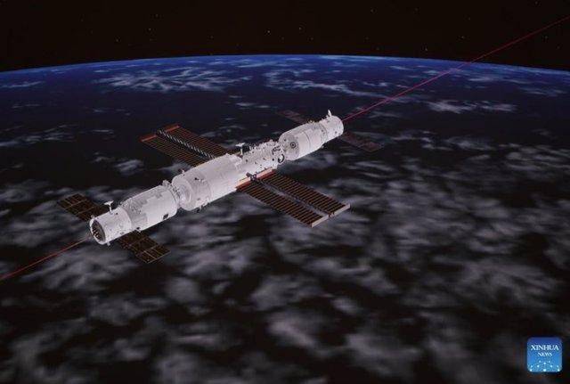 La imagen de la pantalla capturada en el Centro de Control Aeroespacial de Beijing el 20 de septiembre de 2021 muestra la nave espacial de carga de China Tianzhou-3 acoplada con el módulo central Tianhe de la estación espacial.