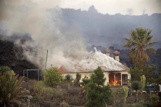 Una casa es destruida por la lava del volcán de la zona de Los Llanos, a 20 de septiembre de 2021, en El Paso, La Palma, Santa Cruz de Tenerife, Islas Canarias, (España). La erupción volcánica iniciada ayer a las 16 horas en la zona de Cabeza de Vaca (La