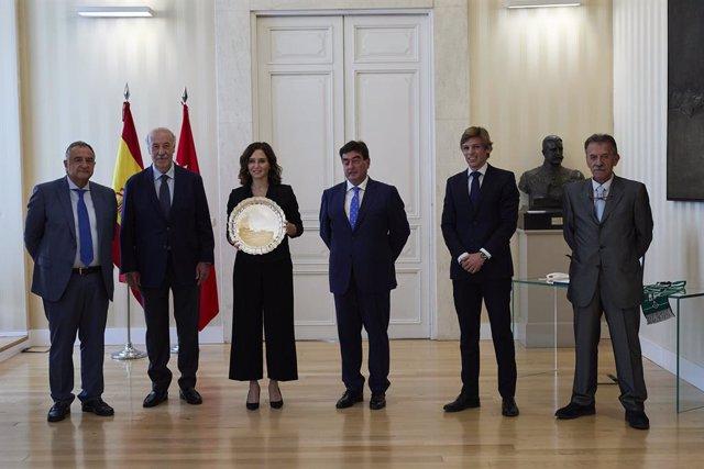 Isabel Díaz Ayuso recibe el premio concedido por el V Tornel del Fútbol Cadete Vicente del Bosque