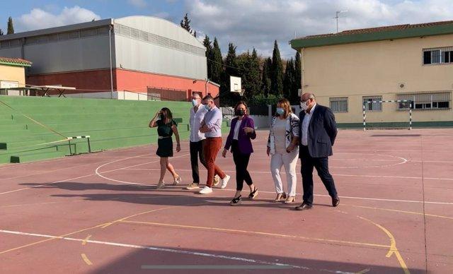 La delegada del Gobierno andaluz en Málaga, Patricia Navarro, visita el IES Trayamar de Algarrobo.