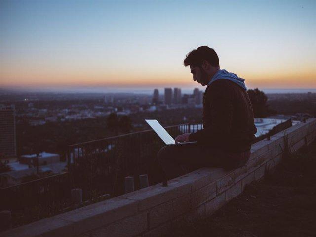 Recurso de persona conectada a Internet con un ordenador portátiles