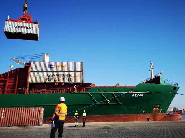 Archivo - Carga de contenedores con mercancías en el Puerto de Almería.