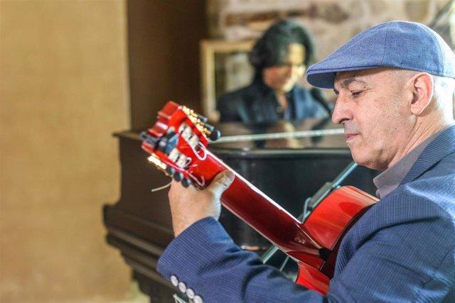 Archivo - José María Bandera, durante una actuación musical.
