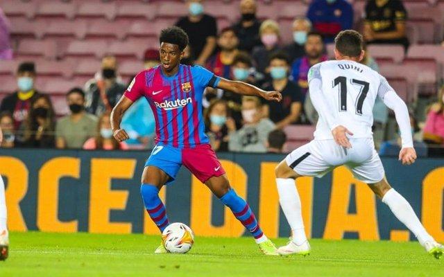 El jugador del Barça Alejandro Balde en el partido de LaLiga Santander 2021/22 contra el Granada, en el Camp Nou (Barcelona)
