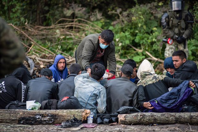 Archivo - 19 August 2021, Poland, Usnarz Gorny: Afghan refugees rest in the makeshift camp on the Polish-Belarusian border. Photo: Attila Husejnow/SOPA Images via ZUMA Press Wire/dpa
