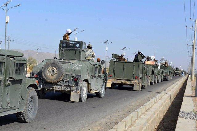 Vehículos con milicianos talibán en Kandahar