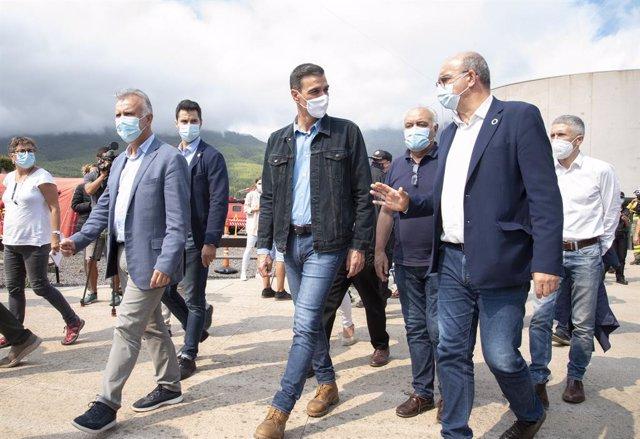 El president de Canàries, Ángel Víctor Torres (e) i el president del Govern, Pedro Sánchez (c), visiten la zona zero del lloc de comandament en La Palma, a 20 de setembre de 2021, a La Palma, Santa Cruz de Tenerife, Illes Canàries.