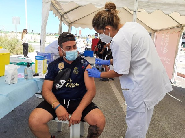 Vacunación sin cita previa en las inmediaciones del estadio de fútbol de Elche (Alicante)
