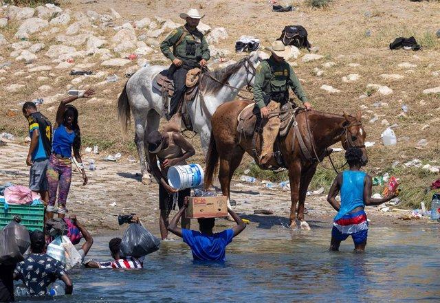Patrulla Fronteriza de Estados Unidos y migrantes haitianos.