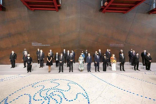 Autoridades y premiados en la ceremonia de las ediciones XII y XIII de los Premios Fronteras del Conocimiento en el Palacio Euskalduna de Bilbao